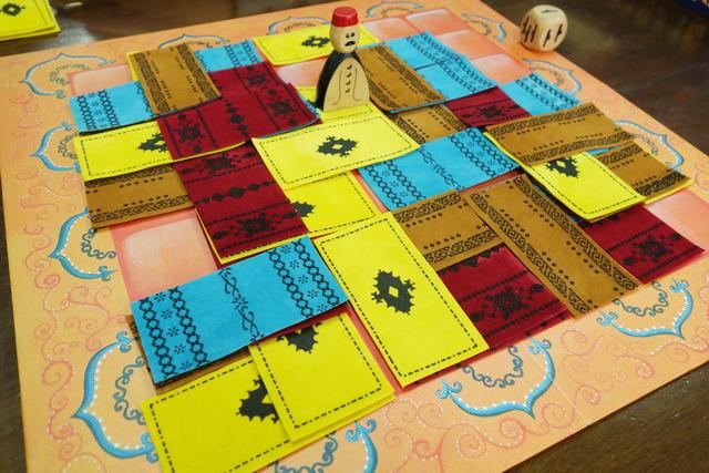 絨毯が敷き詰められた中央ボード