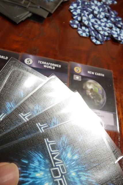 ニューアースというカードを出しているシーン
