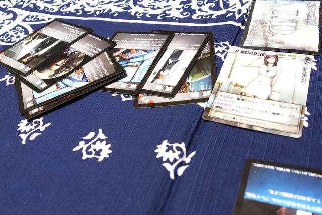 戦場天使のカードと黒カード6枚の写真