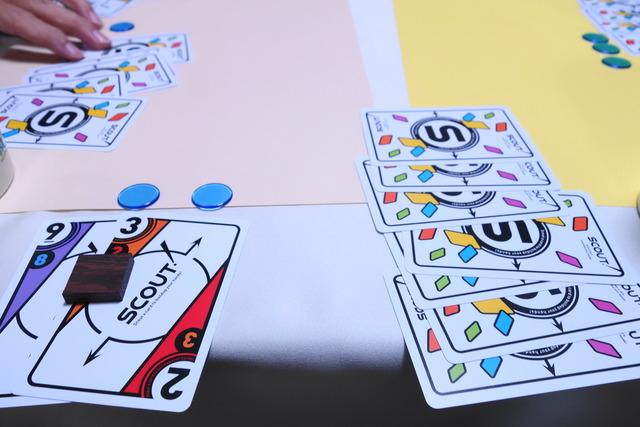 勝利点チップと表向きの手札、裏向きのカードの写真