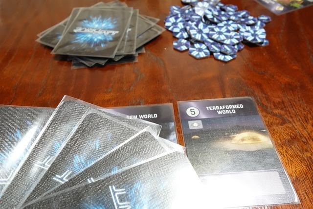 コスト5と書かれたカードをプレイしたシーン