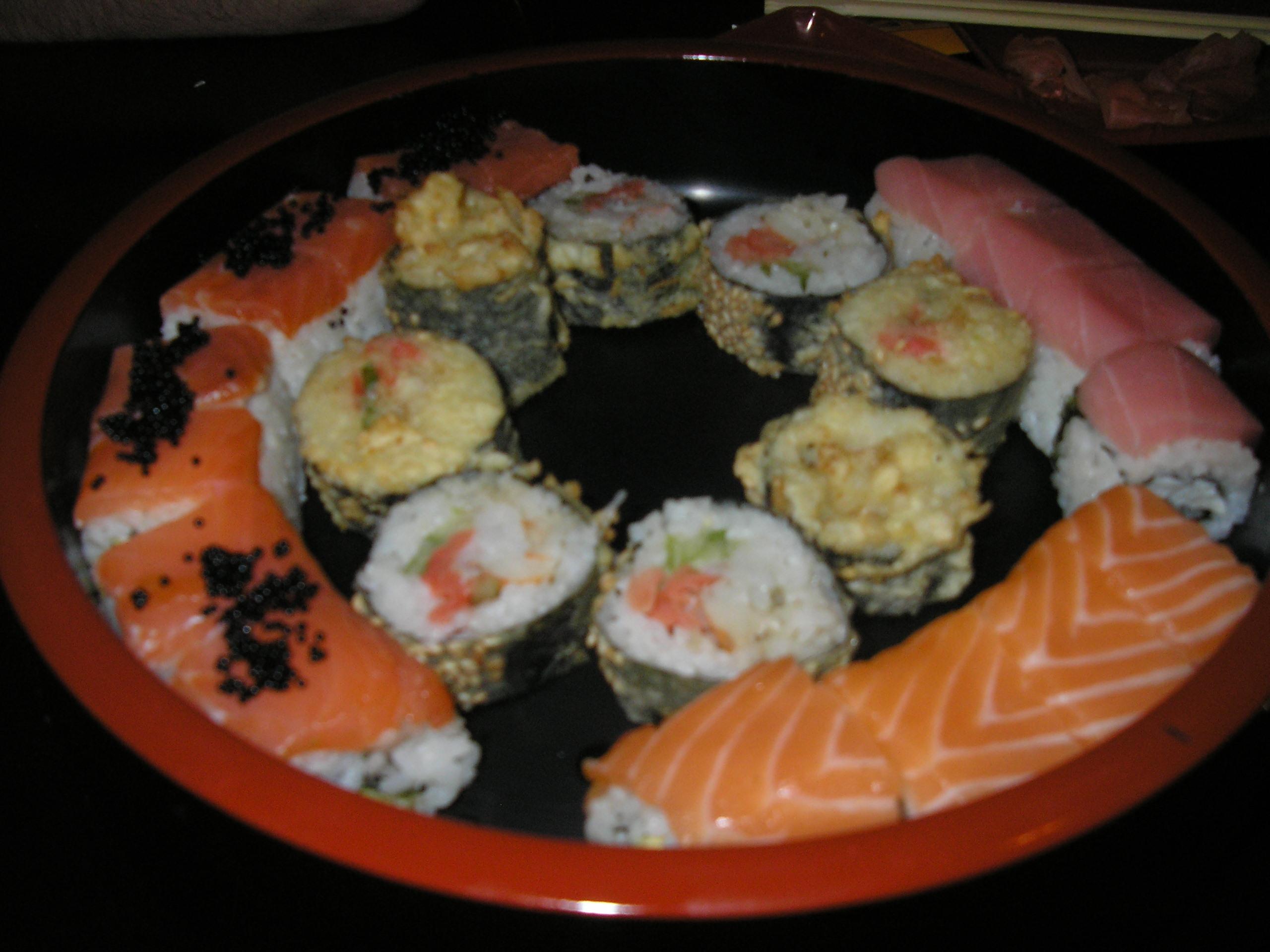 fc99d1c52c70 肝心の寿司のほうはおいしいです(←写真の寿司はちょっとギューギュー詰めですが)。 もちろん、ベラルーシの寿司屋にしては、という意味ですよ。