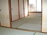 庭付一戸建てC棟改修済四畳半から六畳を見る2