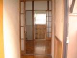 玄関から台所浴室を見る