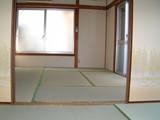 庭付一戸建てC棟改修済四畳半から六畳を見る1