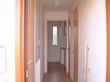 玄関から廊下を見る