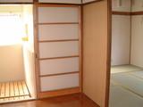 庭付一戸建てC棟改修済キッチンから六畳間を見る