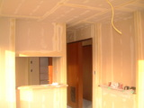 D棟2月15日リビングからキッチンと飾り棚を見る