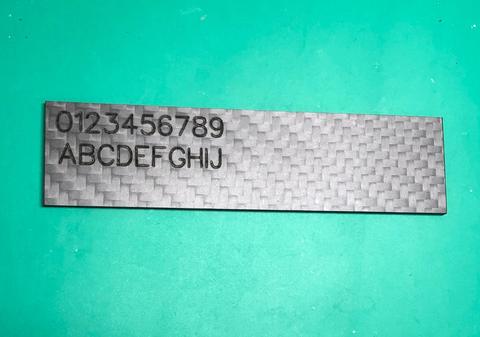 炭素繊維にファイバーレーザー印字した様子