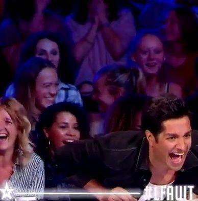 【朗報】 超人気お笑い芸人さん、フランスの国民的番組で爆笑に次ぐ爆笑をかっさらってしまう