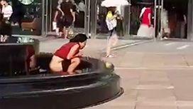 噴水の中でオシッコする女の映像