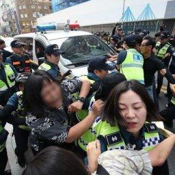 【画像あり】韓国人「釜山日本領事館で奇襲デモが発生!」青年6人が「安倍は謝罪せよ」と日本の経済報復に抗議活動をし、警察に逮捕される 韓国の反応