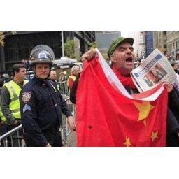 アメリカ暴動、中国共産党主導の証拠キタ───(゚∀゚)───!! デモ隊が共産党旗と中国国旗を掲げ始めたとの情報www