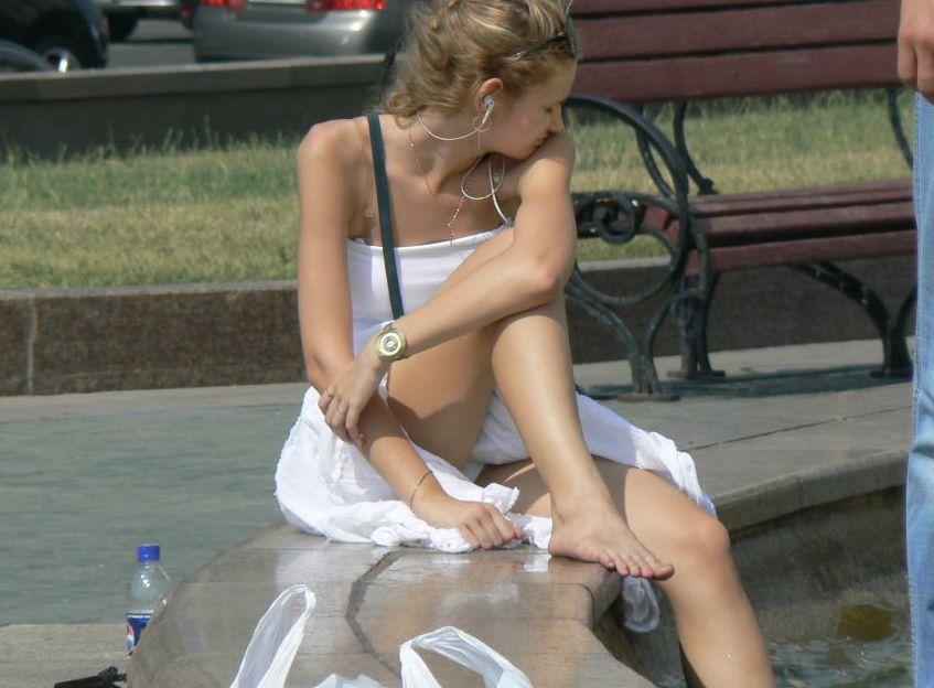 海外の街中で遭遇した素人外国人の天然パンチラがエロ可愛すぎて勃起不可避wwww