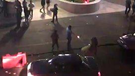 背後から突然撃たれて殺される男性の映像