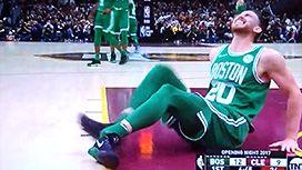 試合中に足を骨折したバスケットボール選手の映像