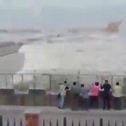 【動画】津波をわざわざ見に来た数十人のバカが一掃されるwww