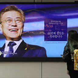 韓国人「現在、駅構内に掲載されている文在寅の誕生日を祝う広告がおぞましすぎる件」