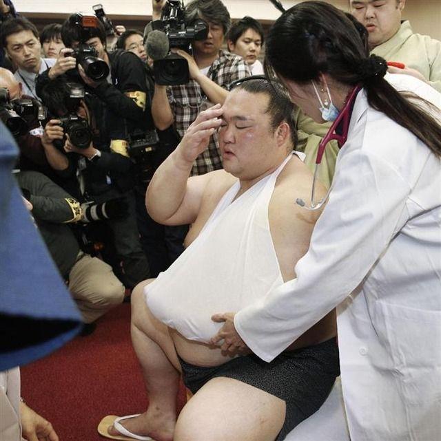 【悲報】新横綱・稀勢の里が救急搬送される