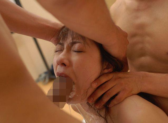 頭を抑えて喉奥までチンポ突っ込むイラマチオ…ドSじゃなくてもこれは興奮するなwww