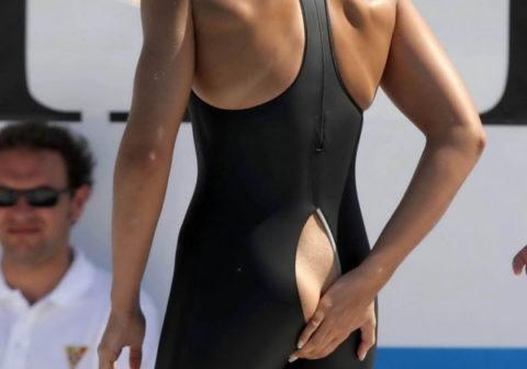 【※画像あり】競泳選手まんさん、まさかの水着破れwww生中継でケツ丸出し必死で隠しててワロタwwwwwwwwwwwwwwwwww(画像あり)
