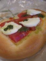 フレッシュトマトとチーズのパン