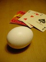 卵とトランプ