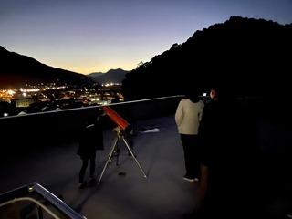 子供たちも望遠鏡で観察