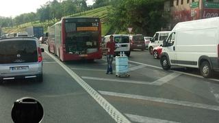 交通渋滞で水を売る人