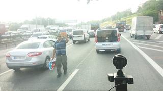 渋滞で物を売る人