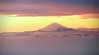 雲に浮かぶ富士山