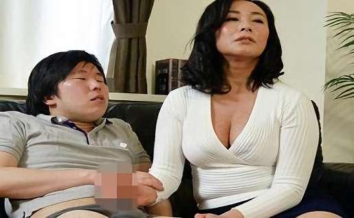 <妙な気分になって>義理の母とアダルトビデオを鑑賞・2人はウズウズしていき・・・