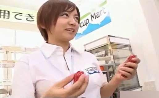 ショートカットの爆乳店員お姉さん、大人のおもちゃを客に説明し自ら吟味