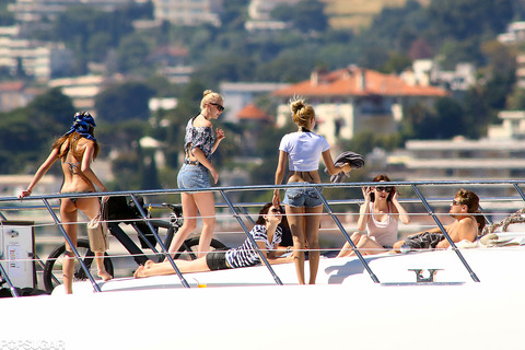 Leonardo-DiCaprio-surrounded-bevy-women-yacht-day