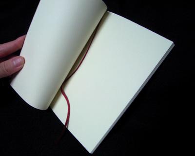 無印良品、文庫本ノート・薄型(再生紙)を開いた様子。しおりも付いている