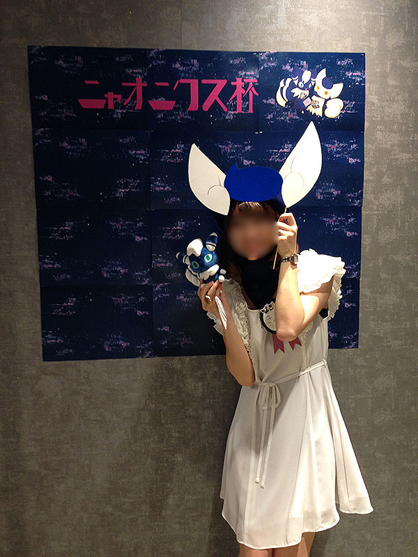 ポケモンカード非公認ニャオニクス杯記念撮影コーナーと主催きよねさん(2017年7月)