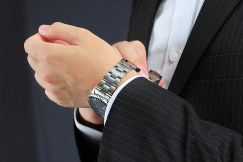 image-of-the-man-who-wears-a-mens-wristwatch-of-enporioarmani-1