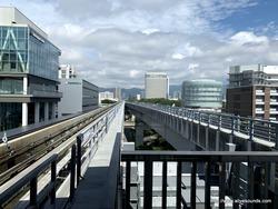 ポートライナーから神戸の街並みを眺める