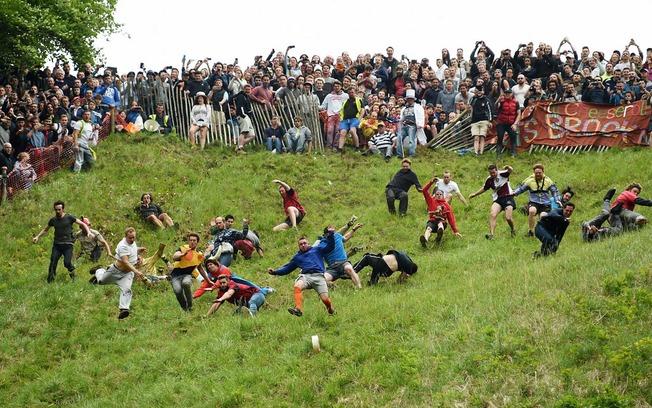 Gloucestershire-Cheese-Race-UKCHEESEROLL0518