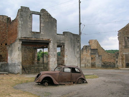 800px-Car_in_Oradour-sur-Glane
