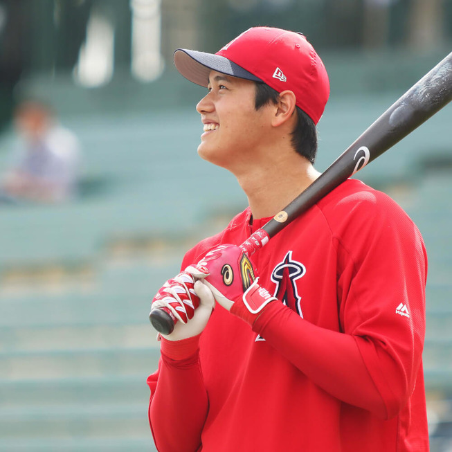 Shohei-Ohtani-Bat-and-Batting-Gloves-2