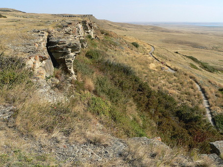 1280px-Head-Smashed-In_Buffalo_Jump-27527-2