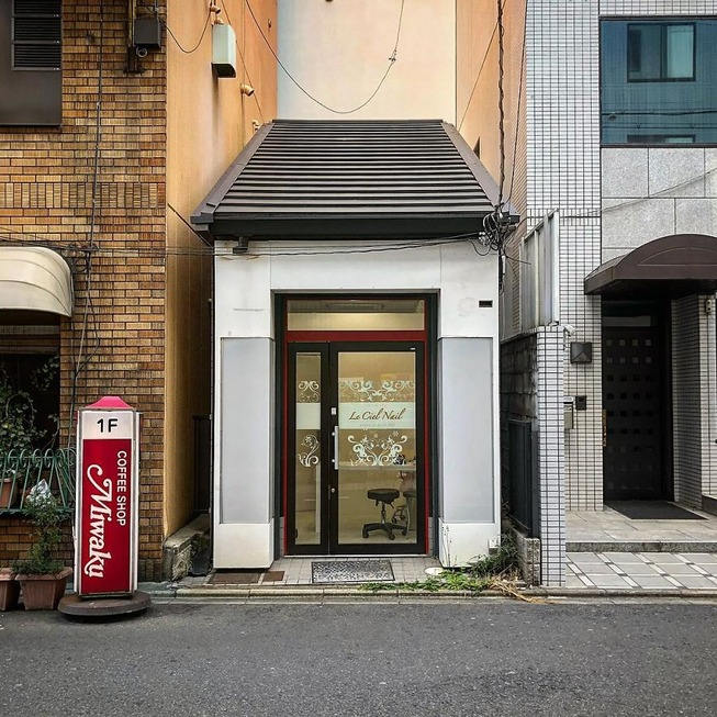 Man-still-enamoured-by-Kyotos-Small-Buildings-5be94131402e3__880