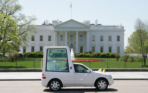Popemobile_passes_the_White_House