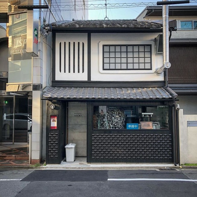 Man-still-enamoured-by-Kyotos-Small-Buildings-5be94102e6c22__880