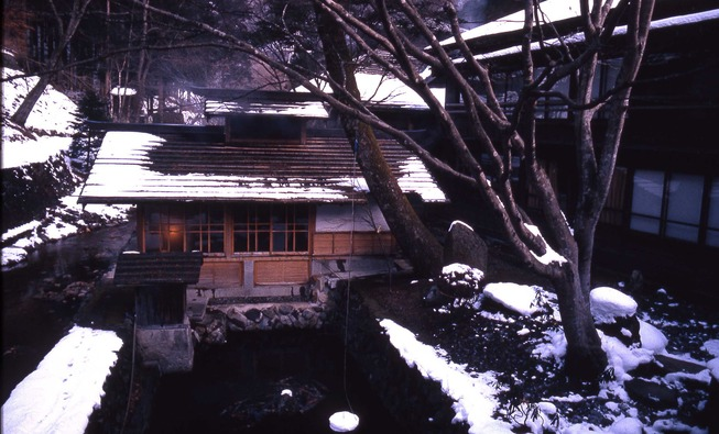 1920px-Spa_bath_at_Hoshi_Ryokan