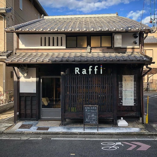 Man-still-enamoured-by-Kyotos-Small-Buildings-5be9418a9b419__880