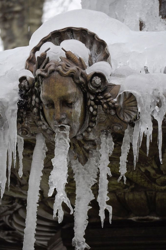 gargoyle-statues-vomiting-ice-1-5e0088e064e8f__700