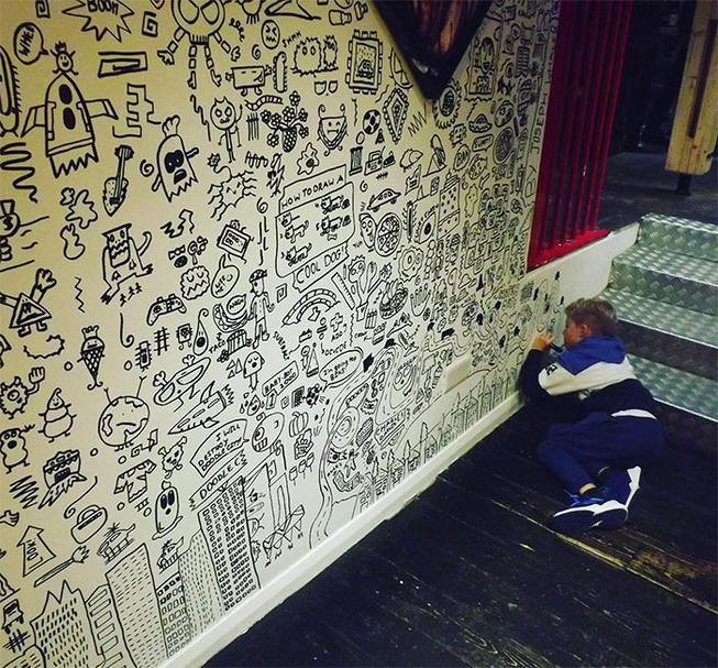doodle-boy-decorates-restaurant-joe-whale-30