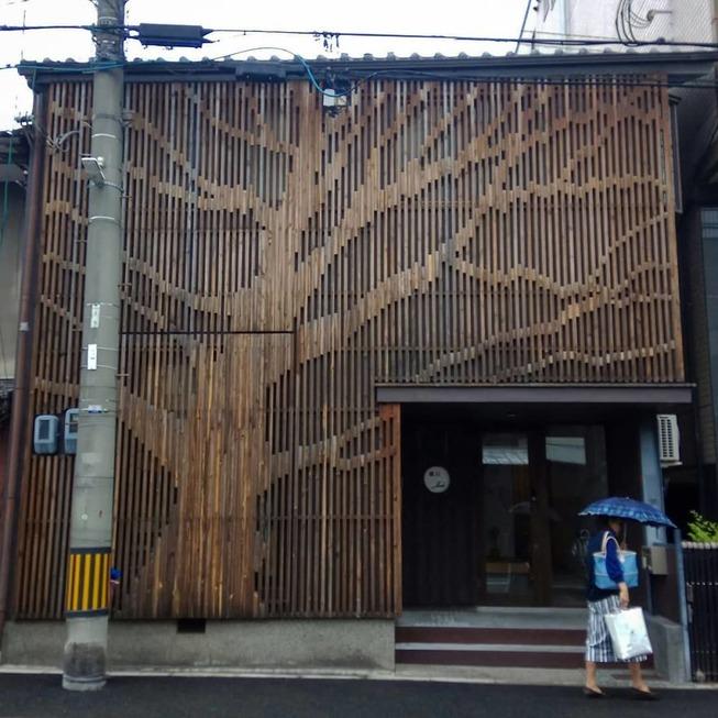 Man-still-enamoured-by-Kyotos-Small-Buildings-5be94276183ba__880